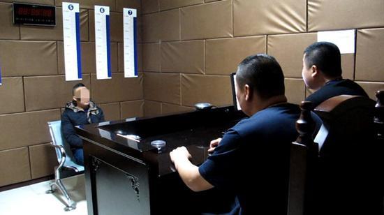 林某接受审讯。苍南警方供图
