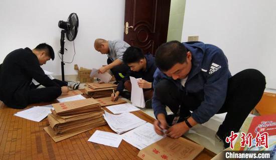 图为柳州警方搜查涉案公司。 刘晓颖 摄