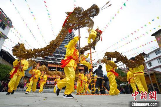 图为当地侗族同胞在舞草龙。 潘志祥 摄