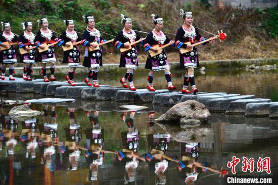 图为当地侗族同胞在参加民俗巡游。 潘志祥 摄