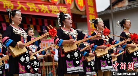 图为当地侗族同胞在弹唱琵琶歌欢度侗年。 潘志祥 摄