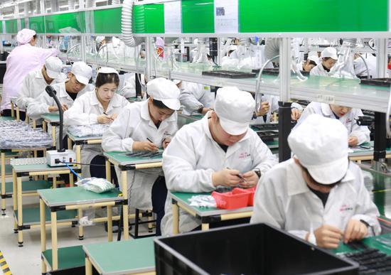 新疆第一台笔记本电脑下线 首批生产订单20000台