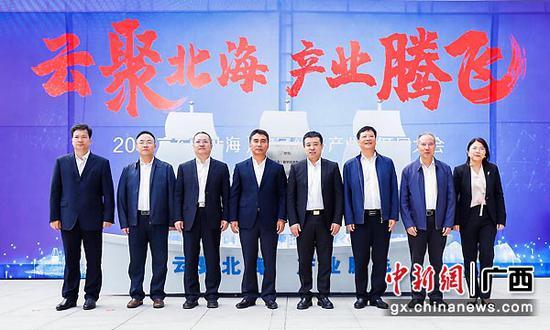北海市主要领导与京东集团副总裁合影。