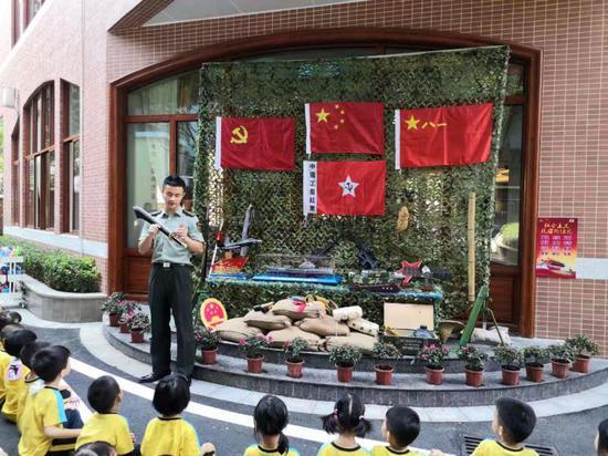 闲暇之余,洪怀琥还为小朋友讲解各种武器装备知识。韩海建提供
