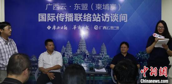 图为中国广西日报副总编辑陈仕平(右)与柬中文媒体集团总经理阮志强(左)在主持挂牌仪式。主办方提供