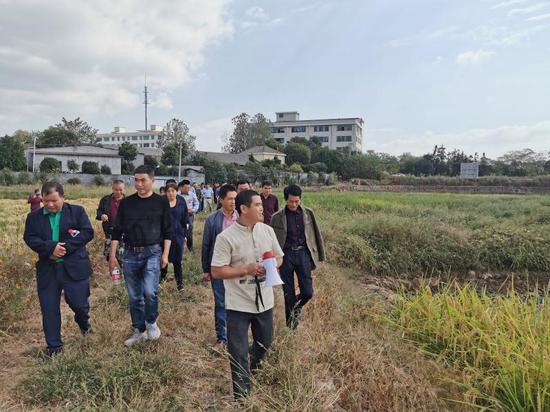 兰溪市农业农村局主动上门,进田间、到地头、访民情,现场解决农户生产难题。兰溪提供