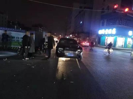 电动车撞上百万豪车  义乌交警提供