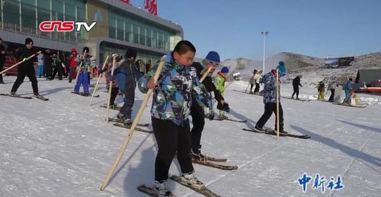 新疆阿勒泰古老毛皮滑雪运动进课堂