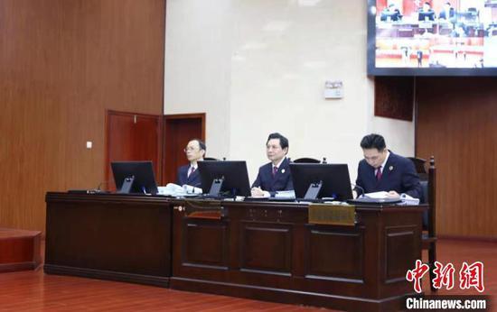 广西检察院检察长崔智友(中)出庭支持公益诉讼 林浩 摄