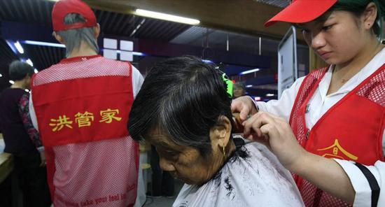 """来自云南的新洪合人杨光陆兄妹四人提供""""爱心理发""""。 供图"""