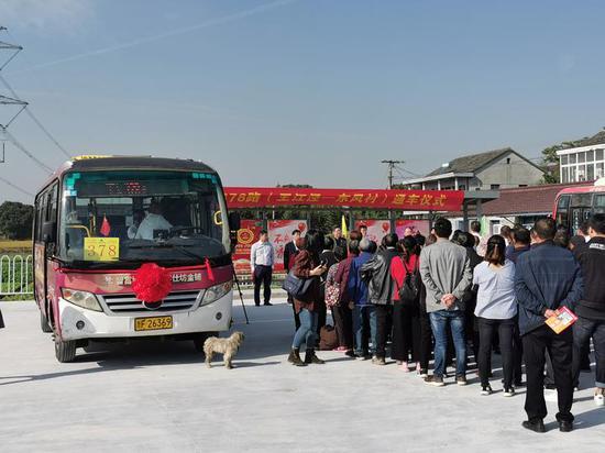 基层社会治理助力公交车直通进村。 供图