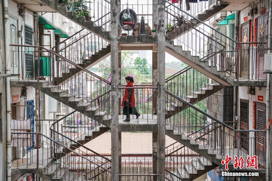 """探訪南寧網紅""""鴛鴦樓"""":兩側樓梯相連 如電影場景"""