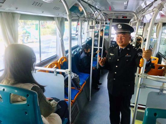 桐乡派出所社区民警许宏在反诈公交专车上向市民宣讲反诈知识。 刘方齐供图