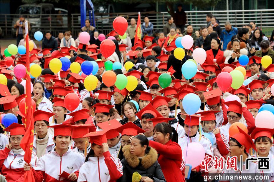 """广西山区中学近500名学生举行""""成人礼"""""""