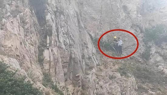 图为:海边悬崖生死救援。玉环公安供图
