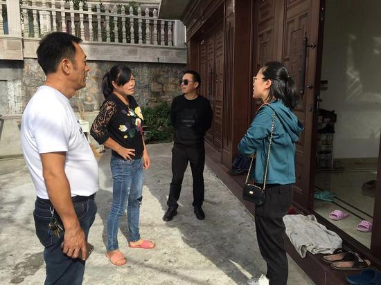 驻村干部陈威娜与村民交流、收集民生小事。 洞头宣传部供图
