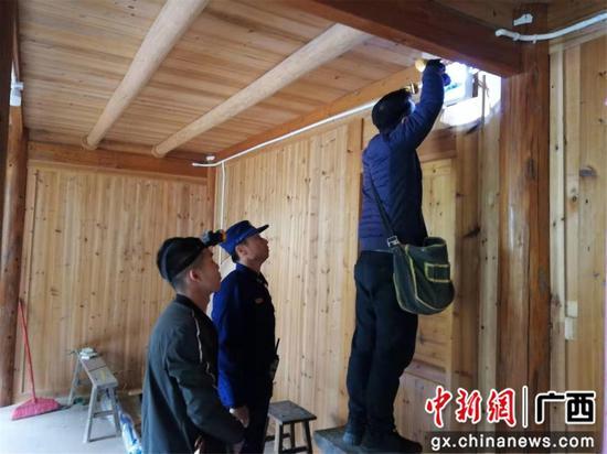 排查电气线路是否村寨隐患。