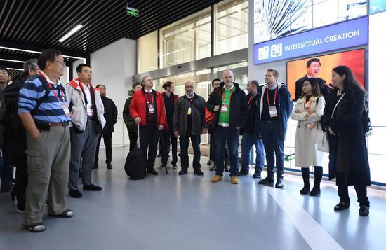 图为:德国企业代表等在绍兴集成电路小镇参观。 王刚供图