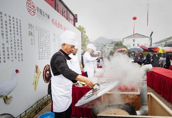 厨师们正忙着烧制番鸭美味 主办方供图