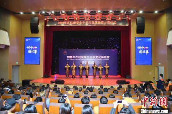 图为营员们表演文化节目 钟欣 摄