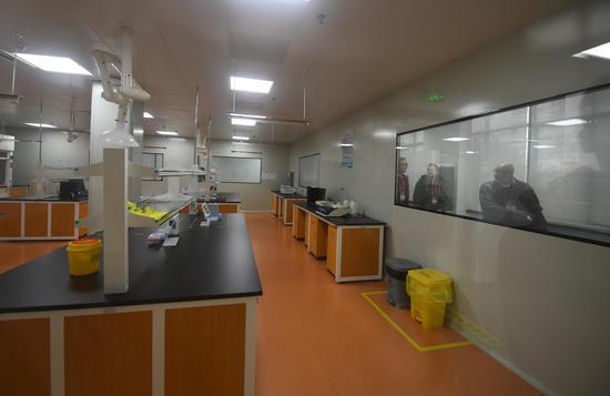 图为:德国企业代表等在参观齐康医学的免疫学检测室。 王刚供图