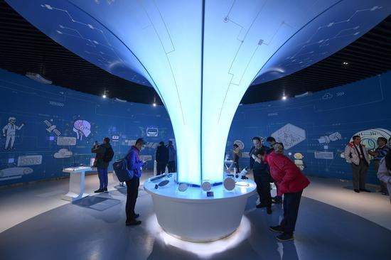 图为:众多参观者在芯片展示厅驻足参观。 王刚供图