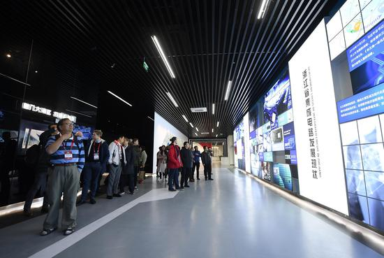 图为:参观者在绍兴集成电路小镇内了解浙江省集成电路发展现状。 王刚供图