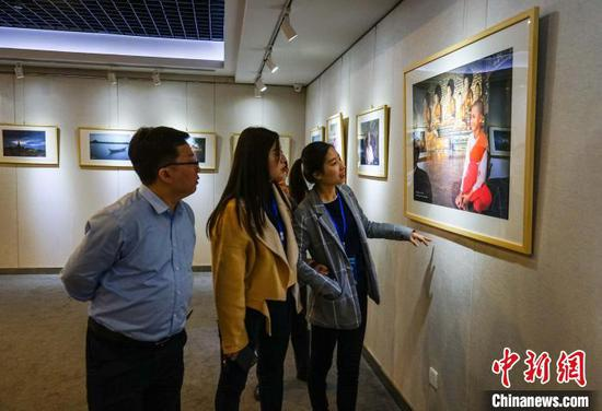 图为梵花.缅甸——中国艺术家缅甸风情风光摄影展。 唐梦宪 摄