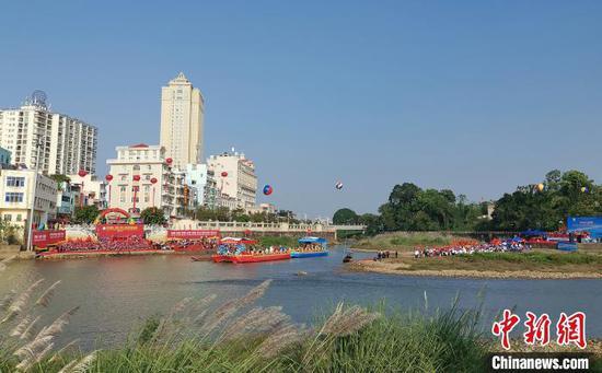 图为北仑河,彩船停泊在河道中。 何秋珊 摄