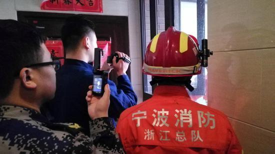 图为消防现场救援。姜鑫 摄