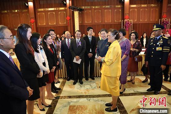 """12月1日,泰国诗琳通公主与来宾交流。当天,中国驻泰国使馆为诗琳通公主荣获""""友谊勋章""""举办庆祝活动。 驻泰使馆供图"""