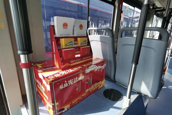 """""""宪法专列""""公交车内。浙江交通 供图"""