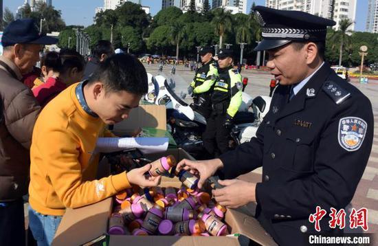 警方展示缴获的广西茵曼金公司生产的有毒有害食品。蒋雪林 摄