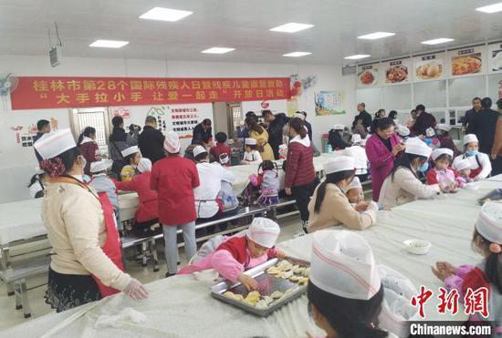 """12月3日,桂林市聋哑学校""""包饺子""""亲子活动。 欧惠兰 摄"""