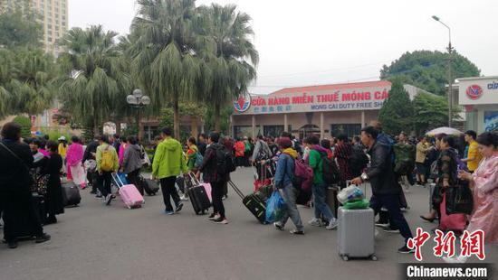 游客从越南芒街口岸过境 翟李强 摄