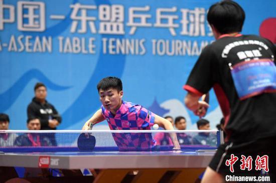 选手在比赛中。 俞靖 摄