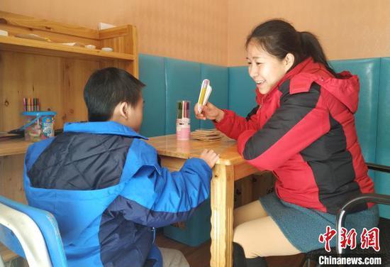 12月3日,桂林市培智学校的老师和学生在个训室学习。 欧惠兰 摄