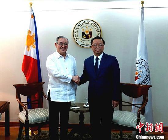 3日,中国新任驻菲律宾大使黄溪连(右)到任拜会菲律宾外长洛钦(左),并递交国书副本。驻菲使馆供图