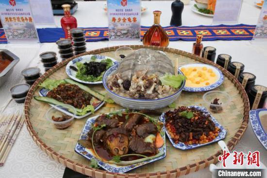 图为民俗特色美食展示 覃春妙 摄