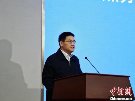 图为杨晋柏宣布改革试点工作正式启动 陈雯 摄
