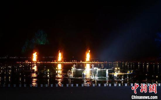 """12月5日晚,具有千年歷史的""""漓江漁火""""表演?!√茐魬?攝"""