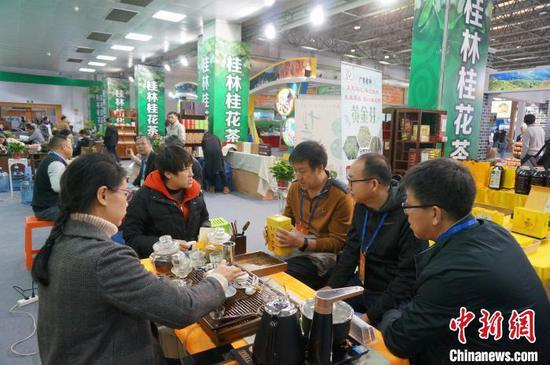 客商品尝桂林桂花茶。 欧惠兰 摄