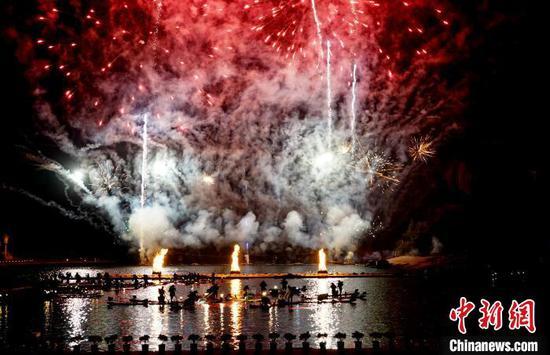 """12月5日晚,具有千年历史的""""漓江渔火"""",与篝火、焰火交相辉映,在秀丽的山水间形成画卷。 唐梦宪 摄"""