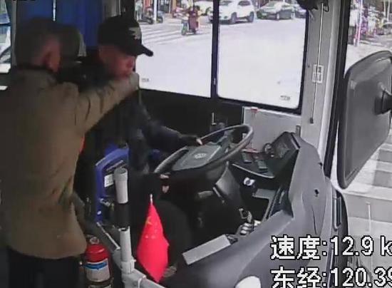监控画面:七旬老汉殴打公交车司机。苍南警方供图