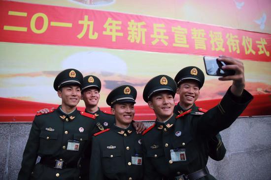 新兵合影留念。武警杭州支队供图