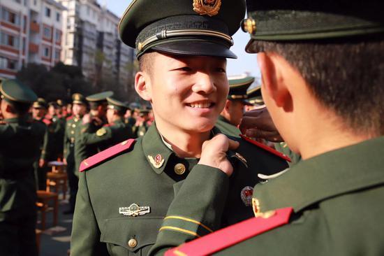 武警杭州支队举办2019年度新兵授衔仪式 武警杭州支队供图