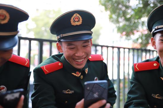 新兵分享喜悦。武警杭州支队供图