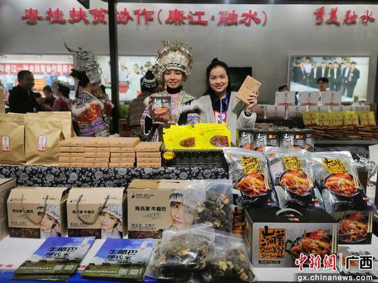 12月7日,在广东省廉江市举办的红橙节暨家电博览会上,展销商在展示自产的土特产品。钟慧龙 摄