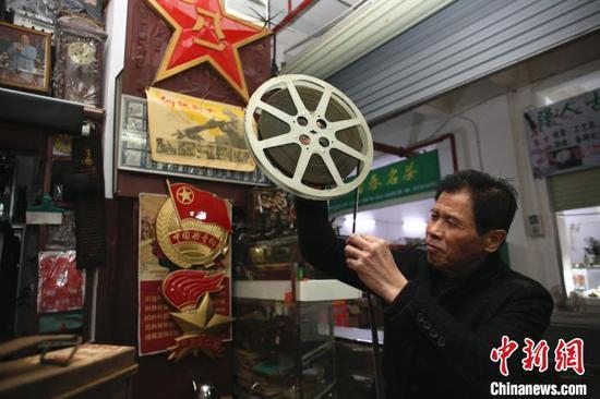 谢志宽在整理电影胶带。 朱柳融 摄