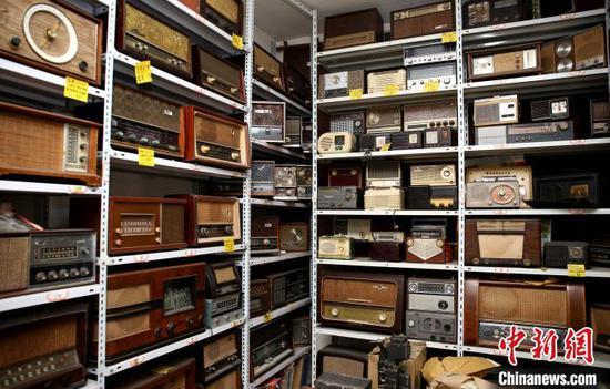 谢志宽收藏的收录机、收音机。 朱柳融 摄